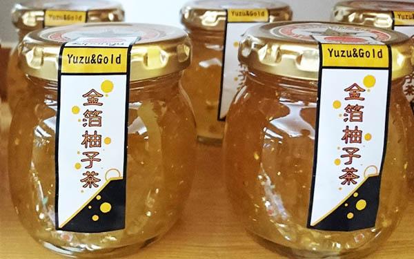 """山梨県富士川町産の柚子に金沢の金箔をまぶした「金箔柚子茶」は、ジャムの国""""英国""""でも高評価!"""