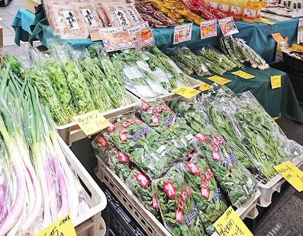 アントシアニン豊富な「赤ネギ」ほか、スーパーなどでは手に入らない健康野菜フルーツが並びます